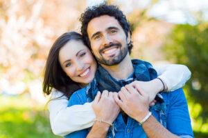 Glückliches Paar im Grünen